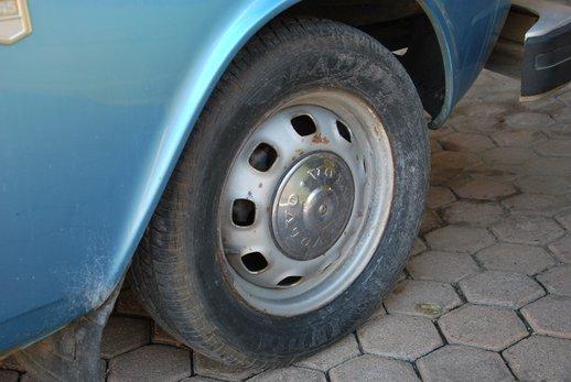 LOT-000032_Volvo 145 blue (40).jpg