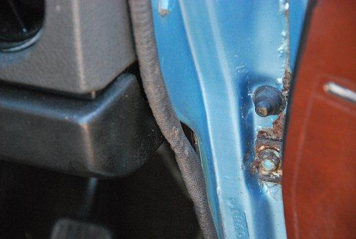 LOT-000032_Volvo 145 blue (9).jpg