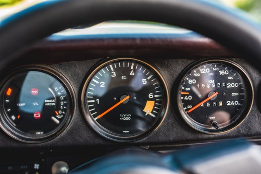 Porsche 911 SC Targa Burgendy - Interior (10).jpg