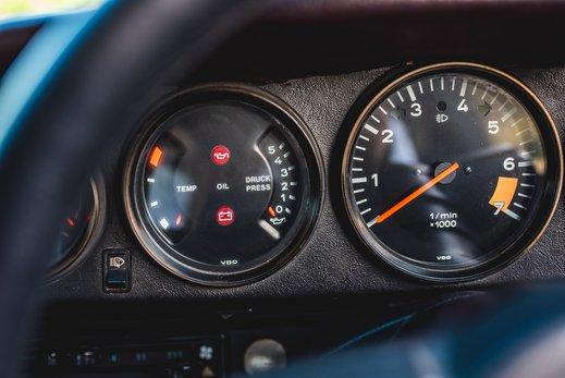 Porsche 911 SC Targa Burgendy - Interior (11).jpg