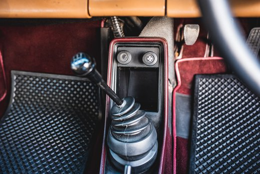 Porsche 911 SC Targa Burgendy - Interior (16).jpg