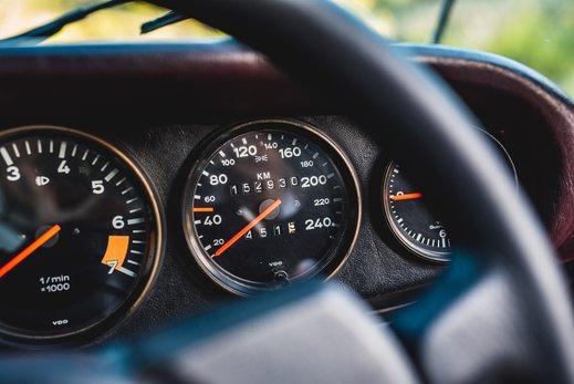 Porsche 911 SC Targa Burgendy - Interior (9).jpg