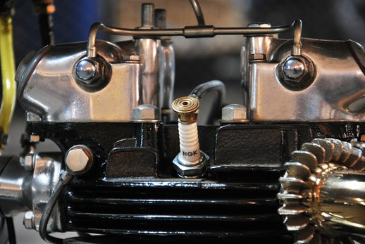 Triumph bobber black (11).jpg