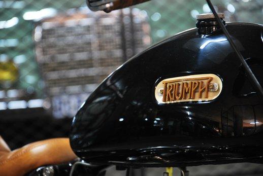 Triumph bobber black (5).jpg