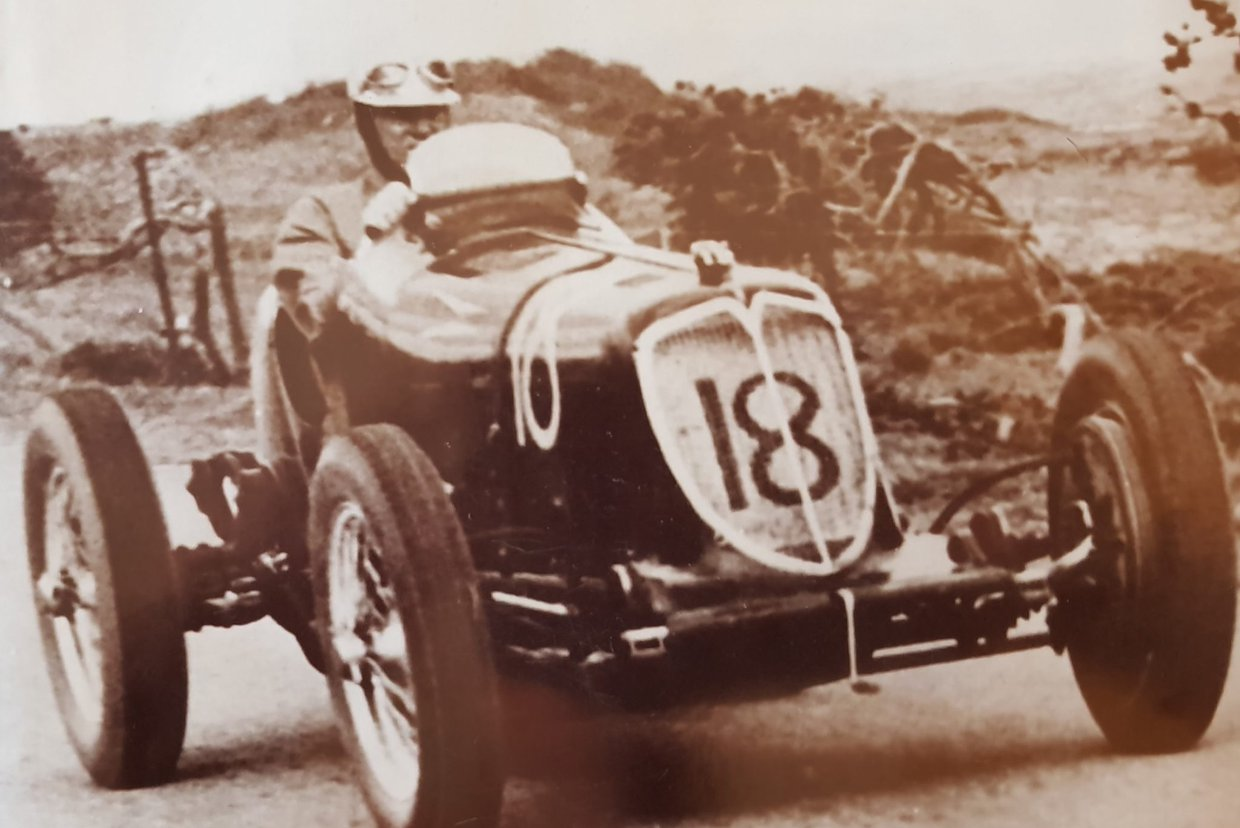 Whitney-Straight-in-the-Maserati-8CM-on-his-way-to-victory-in-the-First-South-African-Grand-Prix-and-Border-100.-1.jpg